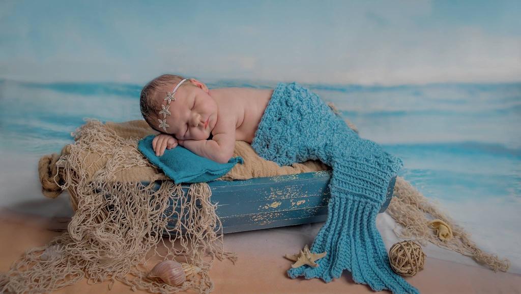 Новорожденная в наряде русалки