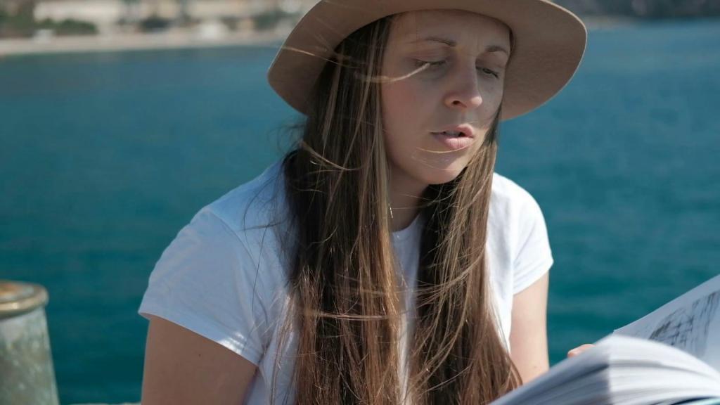 Женщина с книгой у моря